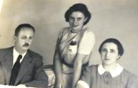 Tatínek Vladimír Tauss, mladší sestra Marta Taussová, maminka Olga Taussová. Brno, cca konec 30. let 20. století.