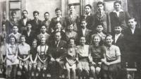 2. třída brněnského gymnázia, školní rok 1938-39; třídní učitel prof. Otto Ungar. Eva Taussová sedící pátá zleva.