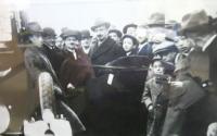 Chaim Weizmann (čtvrtý zleva) na návštěvě brněnského židovského gymnázia. Cca 1930.