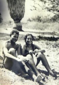 Eva Tauss with her fiancé (Alfred Drachmann, son of the principal of the Jewish Grammar School Dr. Eduard Drachmann). Sea of Galilee, 1940.