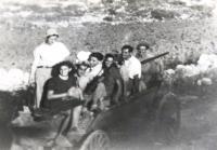 Na cestě na svatbu Evy Taussové s Alfredem Drachmannem z Kfar ha-Choreš do Nahalal. První sedící na vozíku je Evina celoživotní kamarádka (a svědkyně na svatbě) Ina Weinbergerová (dnes Shoshana Kohn); nevěsta čtvrtá, ženich pátý sedící na vozíku. 1941