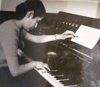 Eva Taussová (Chava Drachmann-Doron) u klavíru. 50. léta 20. století.