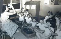 Eva Taussová (Chava Drachmann-Doron) při práci s handicapovanými dětmi. 1964.