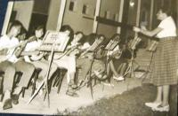 Školní sbor v kibucu Matzuva vede Eva Taussová (Chava Drachmann-Doron). 1965.