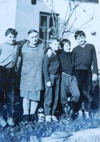 Her mother-in-law Berta Buxbaum with her grandchildren in Nová Hradečná in 1965