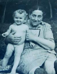 My mother-in-law Berta Buxbaum with her granddaughter in Nová Hradečná