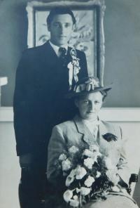 Wedding photos of parents of Milan and Anna Šobotová from 1948